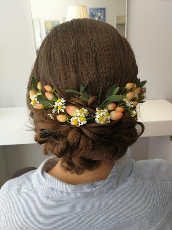 Hochsteckfrisur mit Blumen